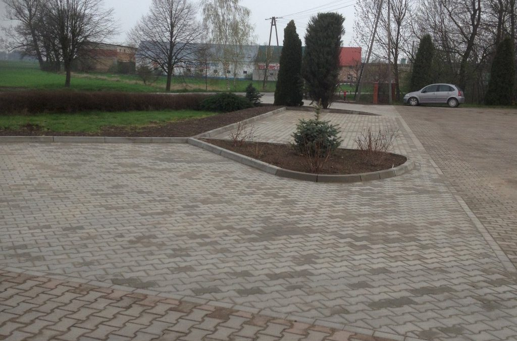 Zakończono  utwardzenie części parkingu wraz z budową zjazdu z drogi powiatowej przy Zespole Szkół w Buczu