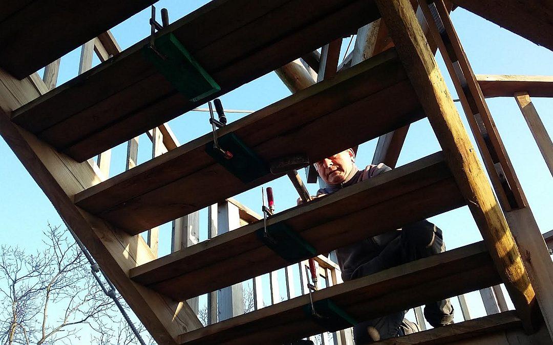 Prace konserwatorskie i naprawcze na wieży widokowej w Siekowie