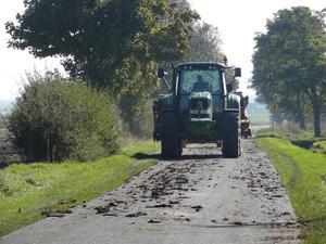 Apel o niezanieczyszczanie dróg maszynami rolniczymi