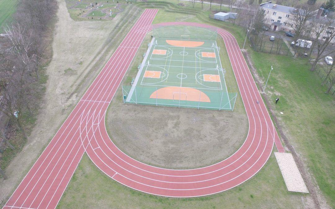 Zakończono przebudowę boiska oraz budowę bieżni okrężnej  w miejscowości Mochy