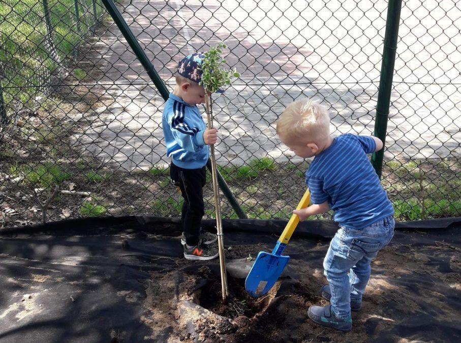 Tworzenie placu zieleni przez najmłodszych mieszkańców Siekówka