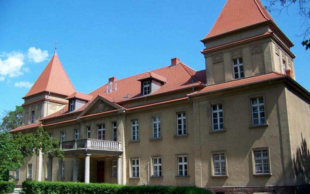 Podpisanie umowy na realizację zadania pn. Remont elewacji budynku pałacu w Buczu oraz zagospodarowanie terenu wokół budynku