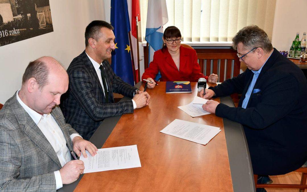 """Podpisanie umowy na realizację zadania pn. """"Przebudowa drogi powiatowej  nr 3820P od m. Przemęt do m. Bucz""""."""